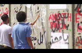 """""""الجدار الإسمنتي"""" حول مقر الحكومة اللبنانية يتحول الى """"منبر حر"""""""