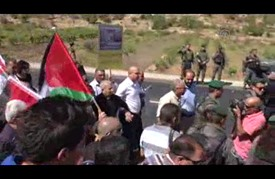 فلسطينيون يحتجون على سيطرة مستوطنين على عقار قرب الخليل