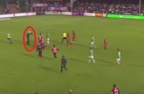 مشهد خطير.. مشجع يقتحم الملعب ويعتدي على الحارس (فيديو)