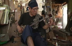 """آلة """"سانشين"""" الموسيقية تخلد تاريخ مملكة قديمة جنوب اليابان"""