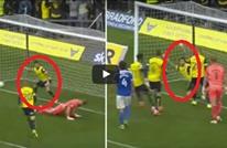 لاعب إنجليزي يستفز حارس مرمى بحركة مضحكة وطريفة جدا (فيديو)