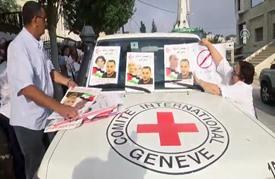 فلسطينيون يغلقون مقر الصليب الأحمر بالضفة تضامنا مع الأسير كايد