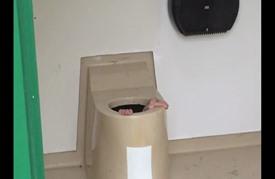 نرويجي نزل في بالوعة مرحاض عام لانتشال هاتف صديقه