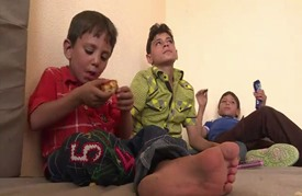 أطفال الحصار في مدينة داريا السورية يكتشفون المثلجات والبسكويت