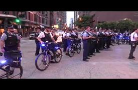 """مئات الأمريكيين يتظاهرون في شيكاغو للتنديد بـ""""عنصرية"""" الشرطة"""
