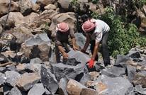 الصخور الضخمة.. مصدر رزق ومأوى للسوريين في إدلب (صور)