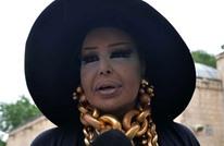نيباليون يفاجئون مغنية تركية بالسجود لها داخل معبد (فيديو)