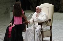فتاة تقاطع البابا خلال عظة أسبوعية وتلعب أمامه (فيديو)
