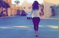 سعودية تتمشى في الرياض دون حجاب.. وردود (فيديو)