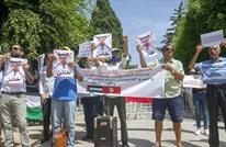 إعلامي تونسي يمزق صور ابن زايد ونتنياهو على الهواء (شاهد)