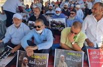 متضامنون مع الشيخ رائد صلاح يؤدون صلاة الجمعة أمام سجنه