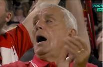 مشجع إنجليزي عجوز يجهش بالبكاء بعد فوز تاريخي لفريقه (شاهد)