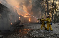حريق يهدد بستان أشجار السكويا العملاقة بكاليفورنيا