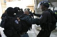 فلسطينيون يحرقون برجا عسكريا للاحتلال في رام الله