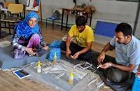 لاجئون سوريون يدفنون ذكرياتهم المريرة باللوحات