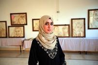 فنانة في غزة تعرض لوحاتها المرسومة بـالقهوة