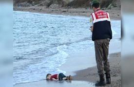 صورة جثة طفل سوري على شاطئ تركي تهز أوروبا
