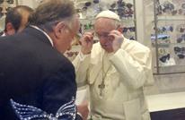 البابا فرنسيس يظهر في روما لاستلام نظارة جديدة