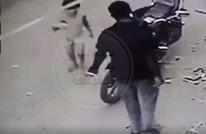 حادثة بشعة.. شاب يغتصب طفلة في الشارع بكربلاء (شاهد)