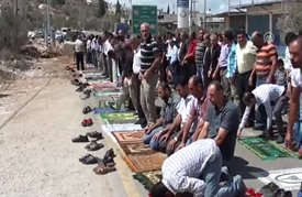 فلسطينيون يؤدون صلاة الجمعة عند مدخل بلدة أغلقته إسرائيل