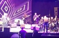ملحم بركات يضع مصورا على المسرح في موقف محرج (فيديو)