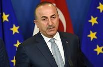 وزير خارجية تركيا يعلّق صورة أمير قطر على صدره (شاهد)