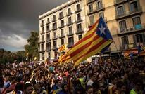 مواطنون في كتالونيا يحتلون مراكز اقتراع لتحدي وقف الاستفتاء