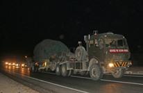قوات تركية تضم دبابات ومدافع تصل الحدود السورية (شاهد)
