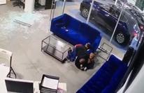 أمريكي يحمي أبناءه من الرصاص بجسده (فيديو)