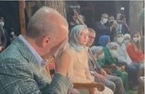 أردوغان يبكي متأثرا بأبيات شعرية تلاها سابقا لوالدته (شاهد)