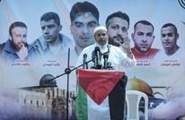 """فلسطينيون يتضامنون مع الأسرى أمام """"الصليب الأحمر"""" بغزة"""