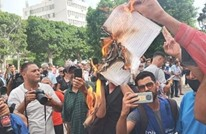 أنصار سعيد يحرقون نسخا من الدستور التونسي (شاهد)