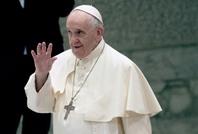 البابا فرانسيس يوزع مثلجات على سجناء.. وبيتزا للمشردين